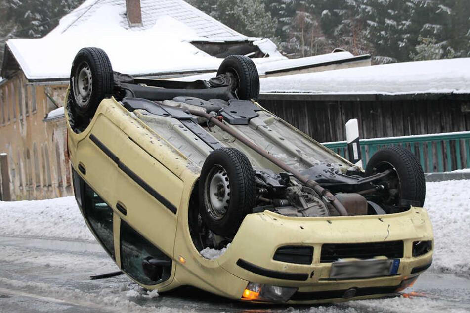In Wilzschhaus ist am Freitag ein Fiatfahrer aufs Dach gekippt und weiter geschliddert.