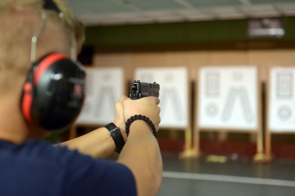 Ein Polizist in Ausbildung am Schießstand.