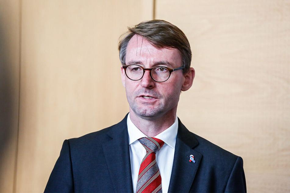 Innenminister Roland Wöller (49, CDU) besuchte am Donnerstag eine jüdische Gemeinde in Dresden.