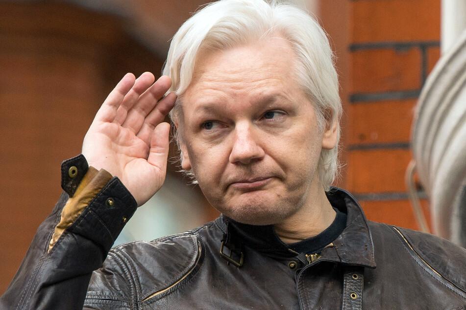 Julian Assange grüßt auf dem Balkon der Botschaft Ecuadors in London.