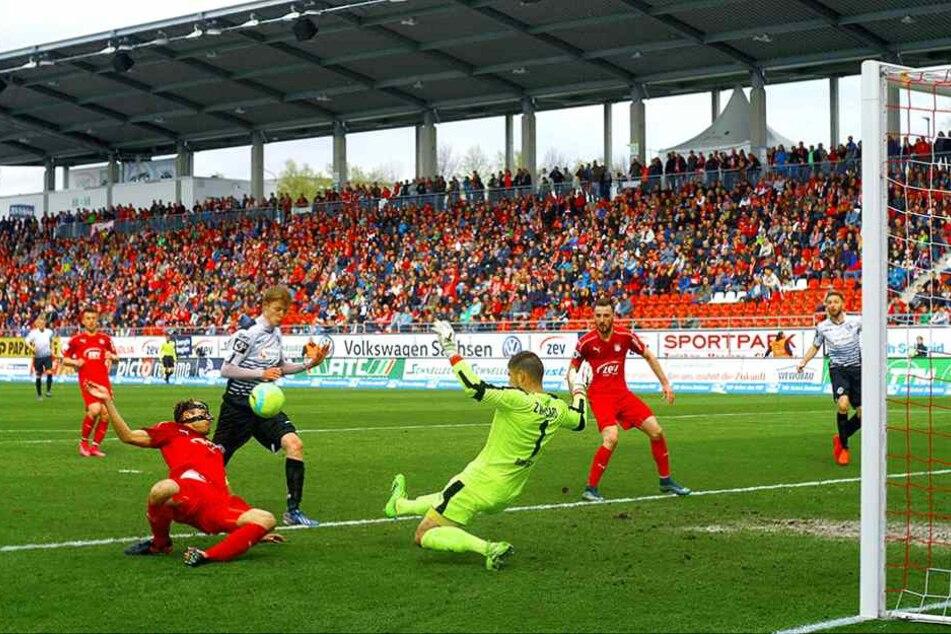 Zwickaus Torhüter Johannes Brinkies klärt hier mit Hilfe von Toni Wachsmuth (li.) vor dem Aalener Geriet Wegkamp. Brinkies bestritt alle 38 Drittliga-Partien für den FSV.