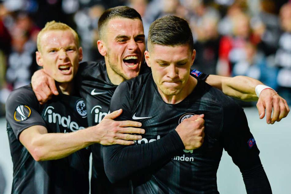 Luka Jovic (r.) von Frankfurt jubelt am 2.Mai 2019 über das Tor zum 1:0 mit seinen Teamkollegen Sebastian Rode (l.) und Filip Kostic (m.) beim Eurpoa-League-Halbfinale Eintracht Frankfurt gegen FC Chelsea.