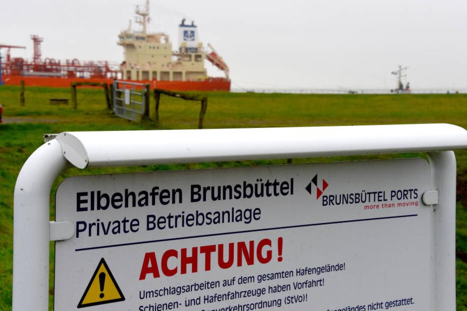 Ein Warnschild am Elbehafen Brunsbüttel in Schleswig-Holstein ist zu sehen.