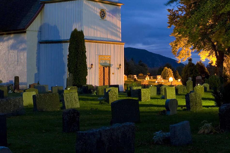 Die Diebe brachen auf einem Friedhof ein. (Symbolbild)
