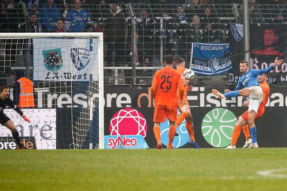 Tom Weilandt (2.v.r.) zieht ab und trifft zum 2:1 für Bochum.