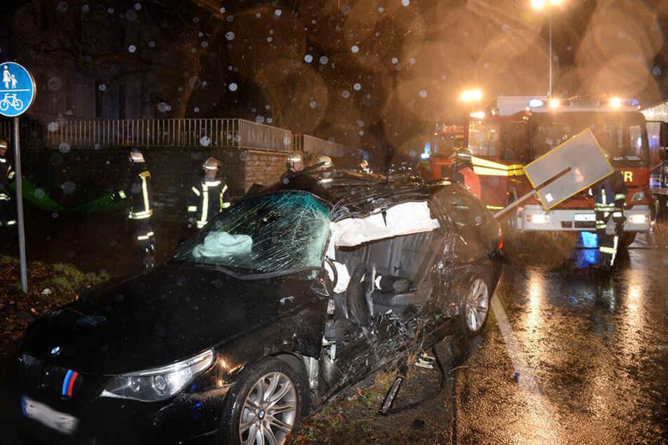 Der BMW der Autofahrerin (33) ist nach dem Crash total zerstört.