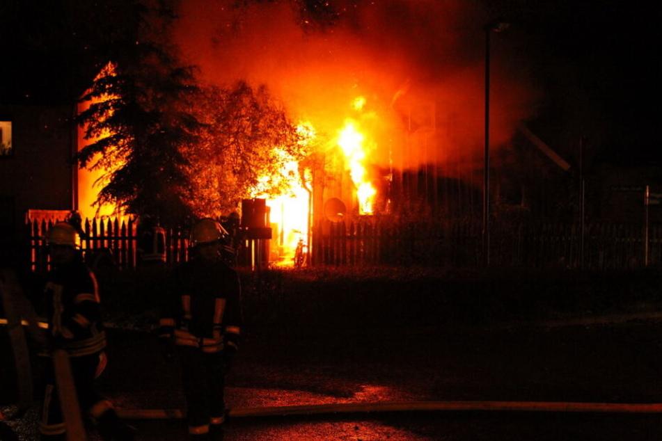Haus brennt völlig aus! Drei Feuerwehrleute durch Stromschlag verletzt