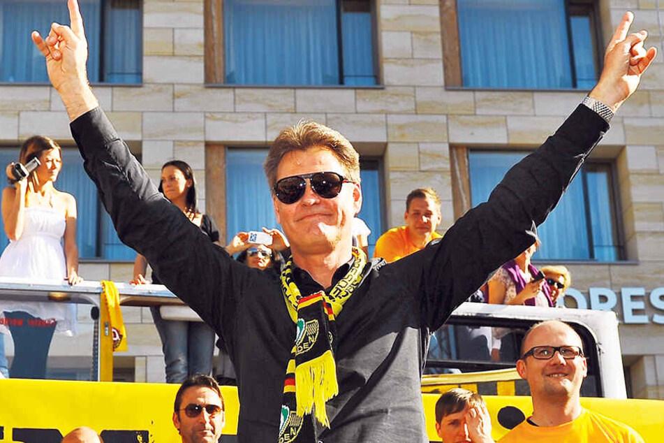 Ralf Loose feiert im Mai 2011 als Dynamo-Trainer den Aufstieg in die 2. Bundesliga - nach durchzechter Nacht mit Sonnenbrille.