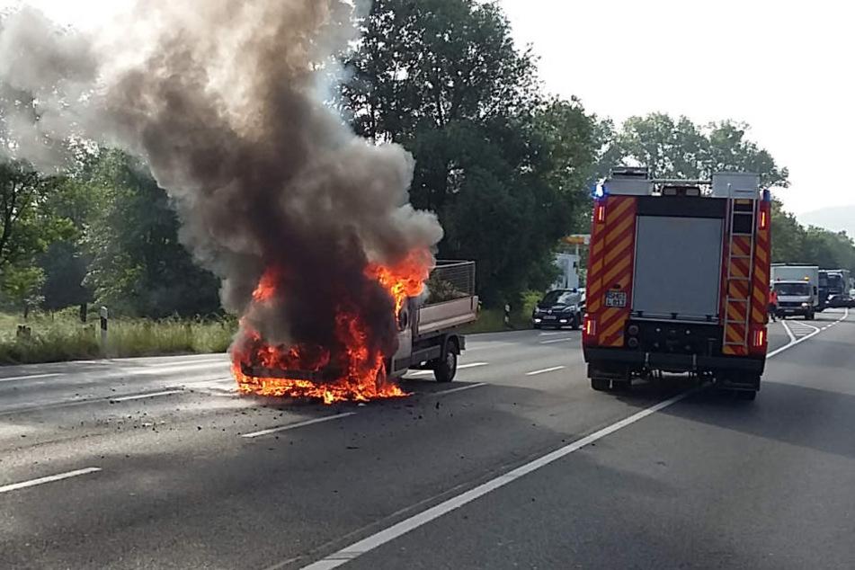 Pritschenwagen geht während der Fahrt in Flammen auf und brennt komplett aus