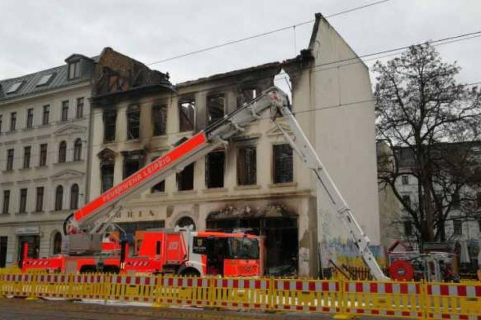 Die Straßenbahnen dürfen wieder an dem ausgebrannten Haus in der Georg-Schumann-Straße vorbeifahren.
