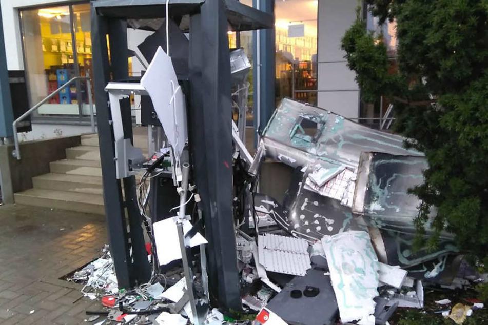 Wie der Geldautomat gesprengt wurde, ist noch nicht bekannt.
