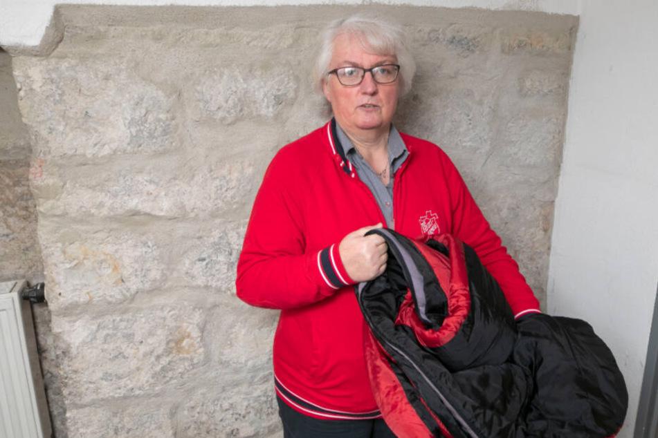 Rosi Scharf (58) von der Dresdner Heilsarmee versorgt Obdachlose unter anderem mit Schlafsäcken.