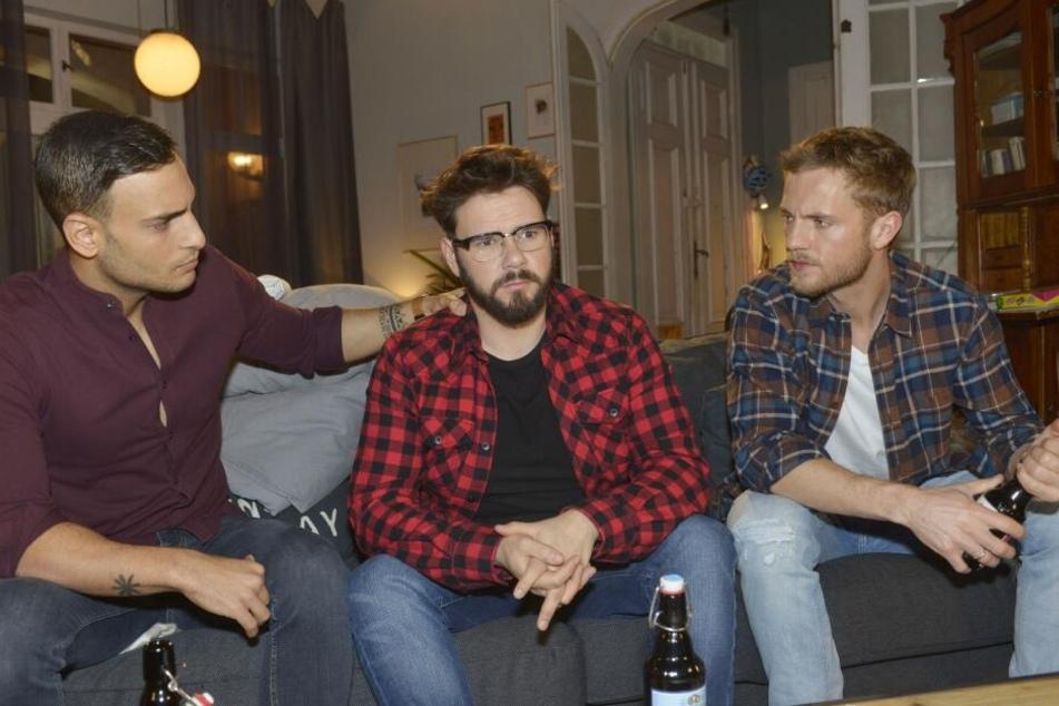 Bei seinen Freunden Nihat (l.) und Paul findet er Trost.