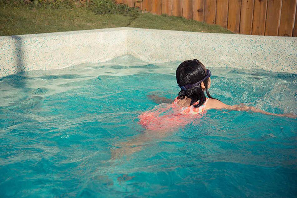 Der Mann rettete zwei Kinder, ein Mädchen (6) und einen Jungen (7), aus dem Pool. (Symbolbild)