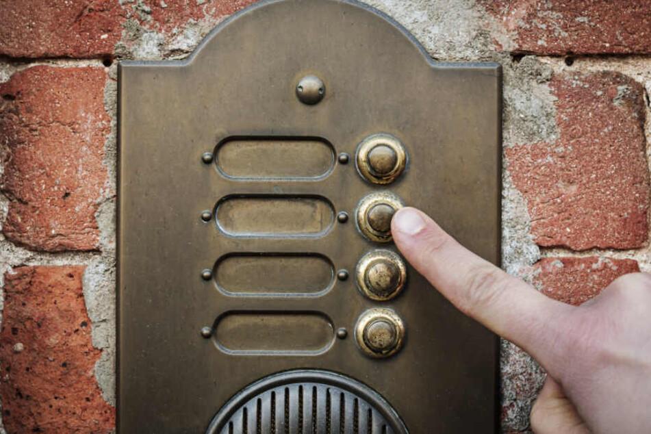 Jugendliche klingeln nachts an Tür, weil sie Hilfe brauchen: Dann werden sie mit Eisenstange attackiert