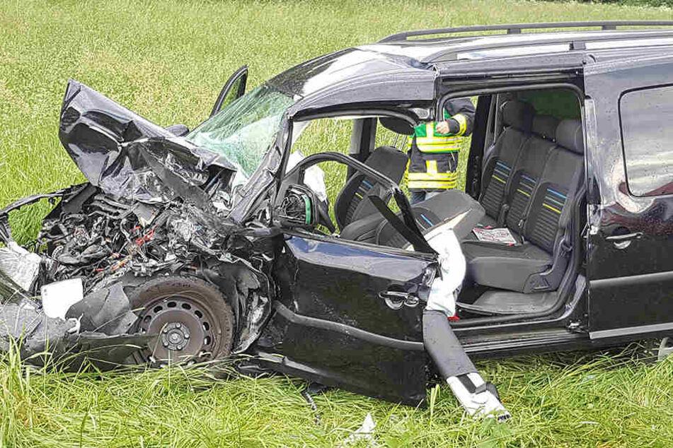 Der VW Caddy wurde durch den Crash total demoliert, die Fahrerin schwer verletzt.