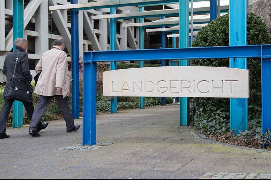 Ein 29-Jähriger hat in Bielefeld mehrfach randaliert und Menschen attackiert. Nun steht er vor Gericht.