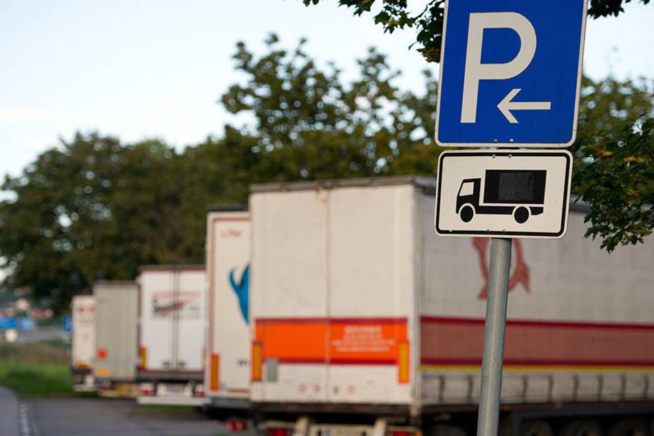 Auf einem Parkplatz auf der A14 bei Grimma schlitzten die Diebe die Plane eines Lkw auf und klauten 500 Reifen (Symbolbild).