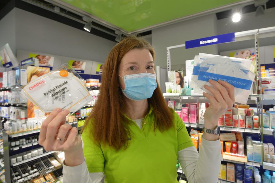 Ansturm auf FFP2-Masken gegen Corona: Sylvia Engelmann (47) zeigt in der Easy-Apotheke Verkaufsmasken. Gratis-Masken für Rentner gibt es noch nicht.