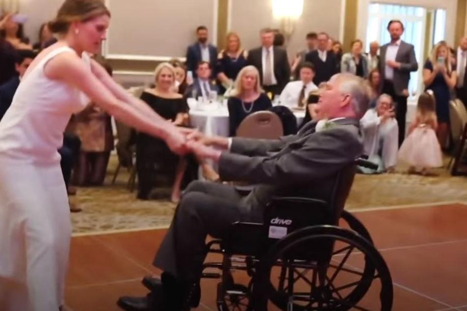 Herzzerreißend: Die Braut und ihr todkranker Vater tanzen gemeinsam auf der Hochzeit.