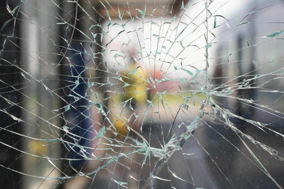 Die Scheibe wurde bei dem Unfall beschädigt. (Symbolbild)