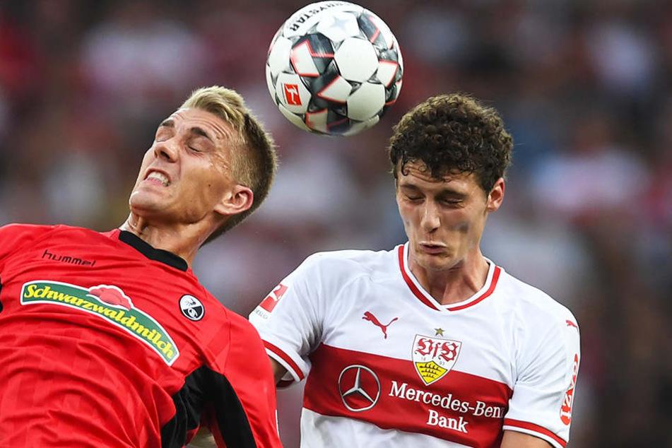 Der deutsche Nationalspieler Nils Petersen (.l) und Weltmeister Benjamin Pavard (r.) im Kopfballduell.