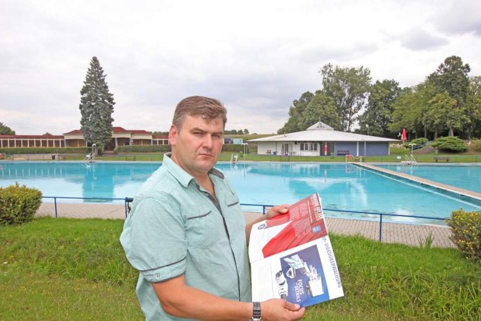 Schwimmmeister Gerd Hochmuth (52) ist stinksauer.