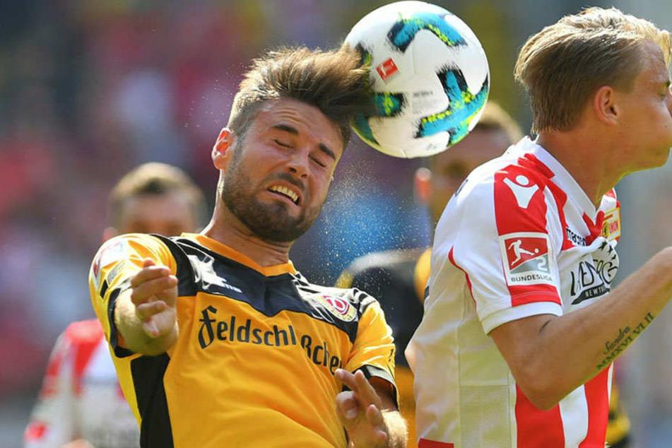 Auf ins nächste Dynamo-Jahr! Niklas Kreuzer (l., hier gegen den Unioner Simon Hedlund) ist mittlerweile einer der dienstältesten Spieler bei den Schwarz-Gelben.