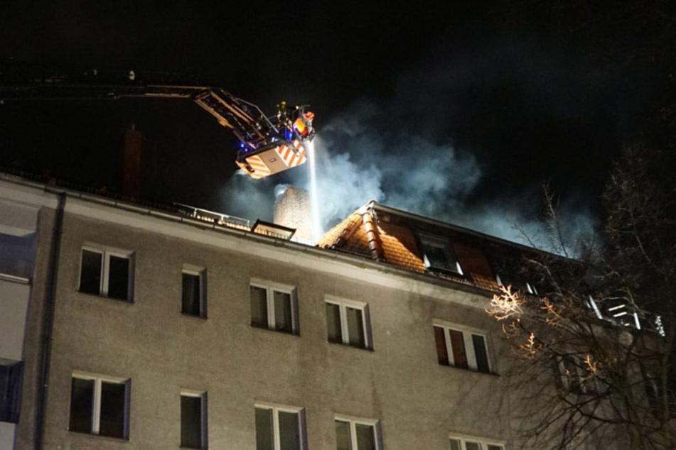 In einer Hebebühne wurden die Einsatzkräfte über das Wohnhaus gefahren.
