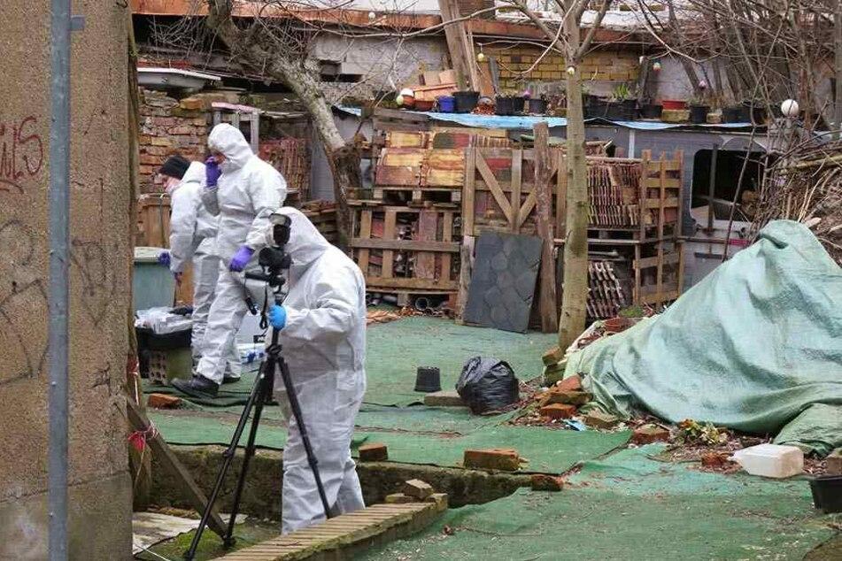 Kriminaltechniker sichern Spuren am Fundort der sterblichen Überreste von Anja B. Der Killer hatte die Beamten dorthin geführt.