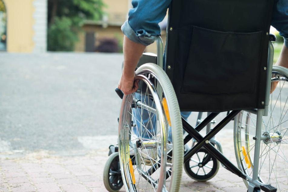 Der 65-jährige Rollstuhlfahrer wollte an der frischen Luft eine Zigarette rauchen. (Symbolbild)