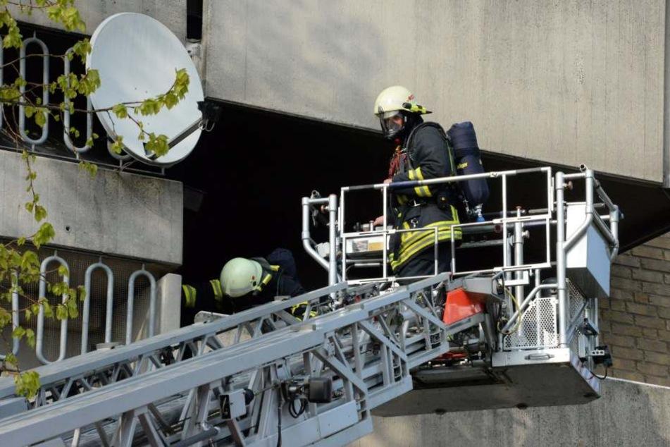 Von einer Drehleiter aus löschten die Feuerwehrmänner den Brand.