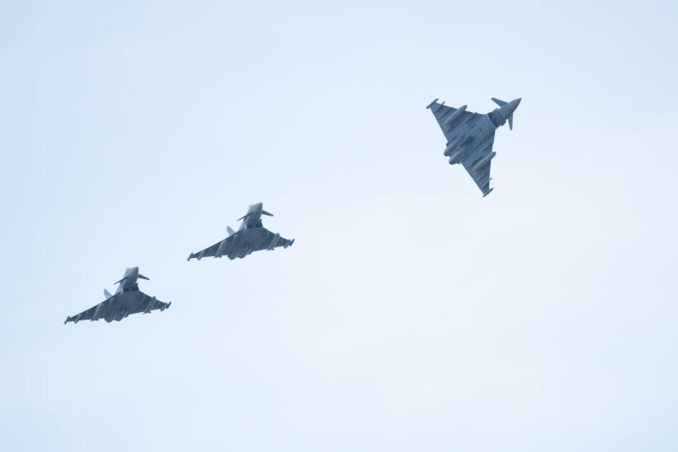 Gleich mehrere Militär-Flugzeuge zogen über die Stadt. (Symbolbild)