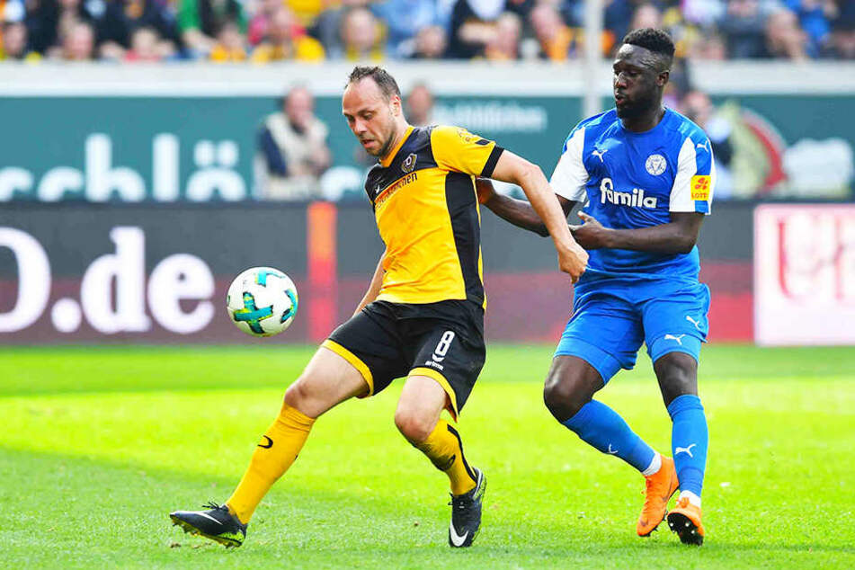 Dynamos Rico Benatelli (l.) hatte Ende der vergangenen Spielzeit gegen Holstein Kiel um Kingsley Schindler keine Chance.