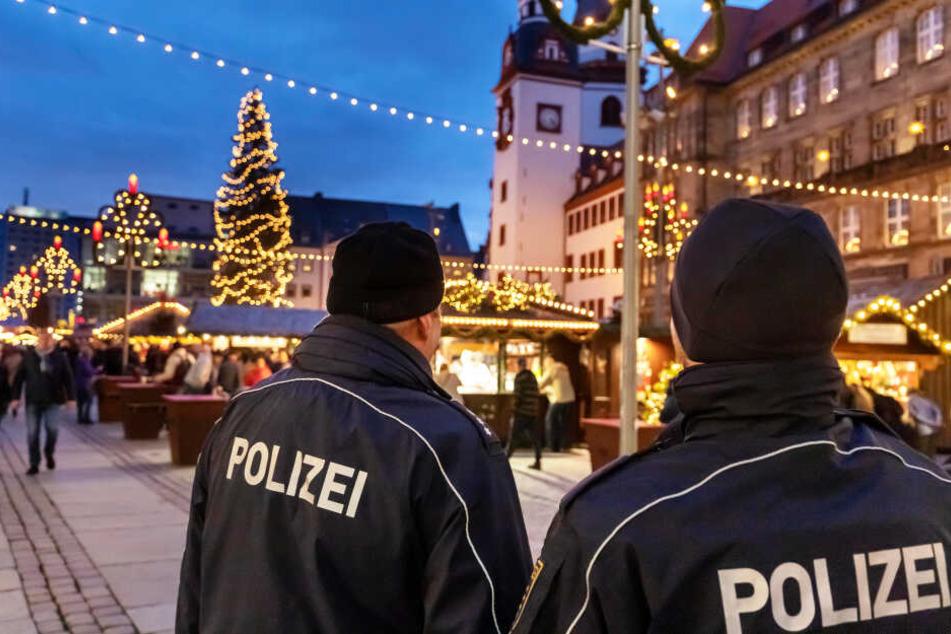 Schon zur Eröffnung war die Polizei präsent. Glühwein-Genießer am Steuer müssen mit Kontrollen rechnen.