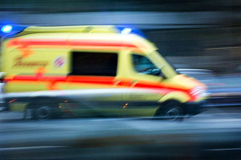 Autofahrer verunglückt auf glatter Straße und landet im Krankenhaus