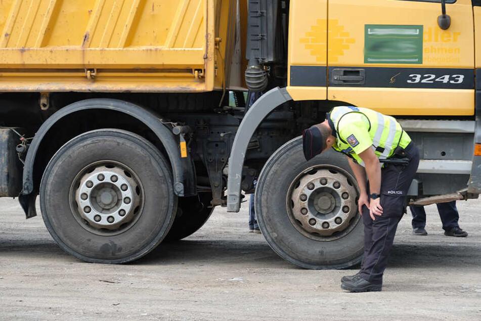 Ein Polizeibeamter kontrolliert in Klingenthal einen Laster.