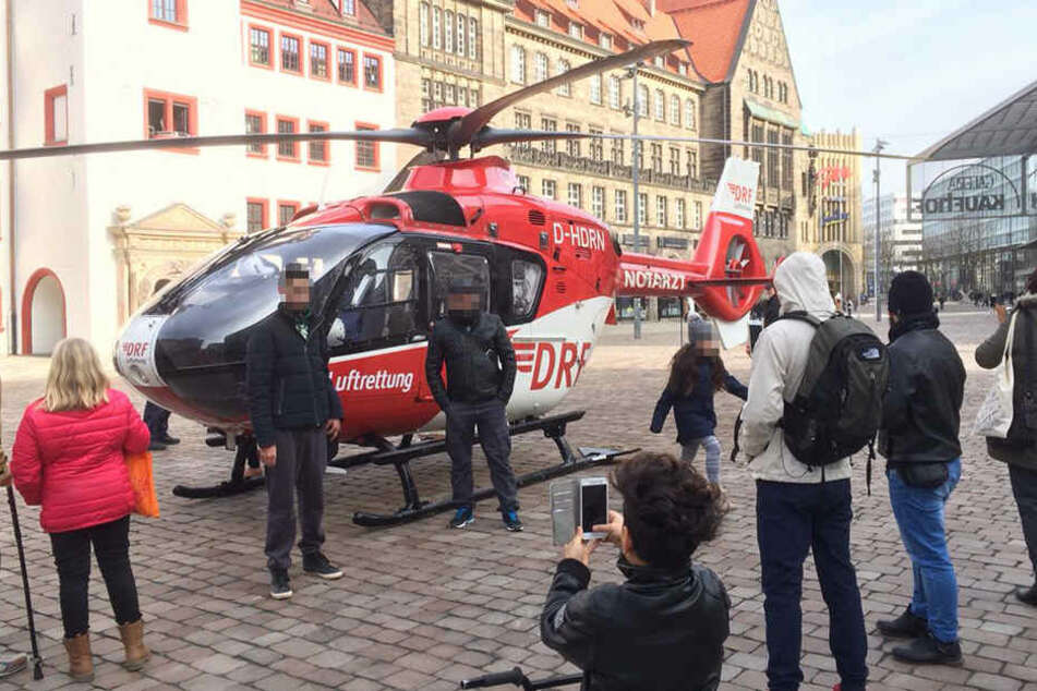 Viele Passanten machten sogar Selfies mit dem Helikopter.