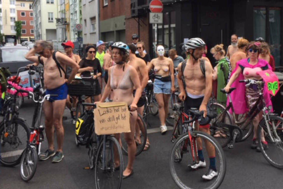 Nackt-Radler protestieren in Köln für sicheren Verkehr