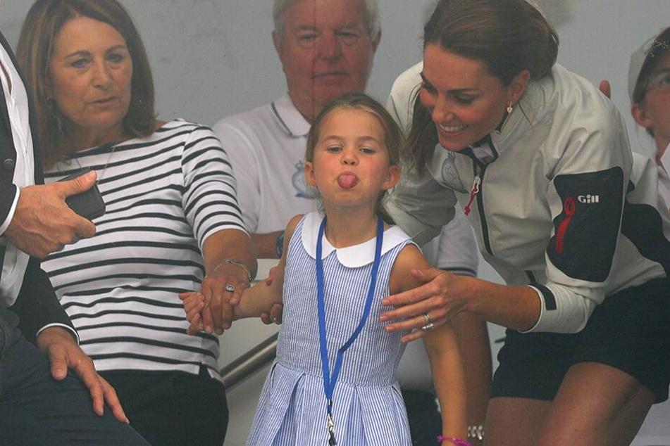 """Die britische Prinzessin Charlotte streckt bei der Siegerehrung der """"King's Cup-Regatta"""" die Zunge heraus."""