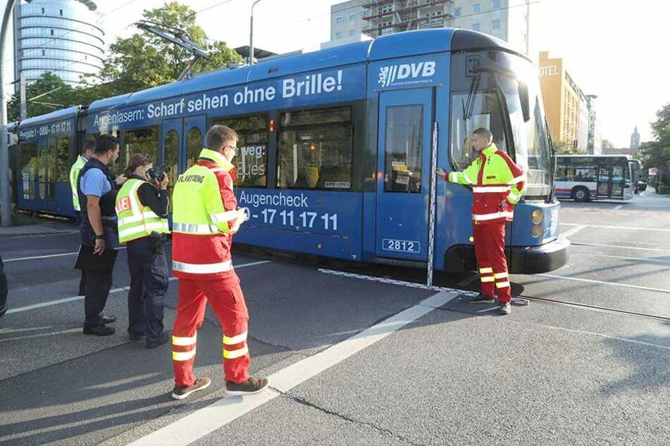 Polizeikräfte sicherten die Unfallstelle und ermittelten zur Unfallursache.