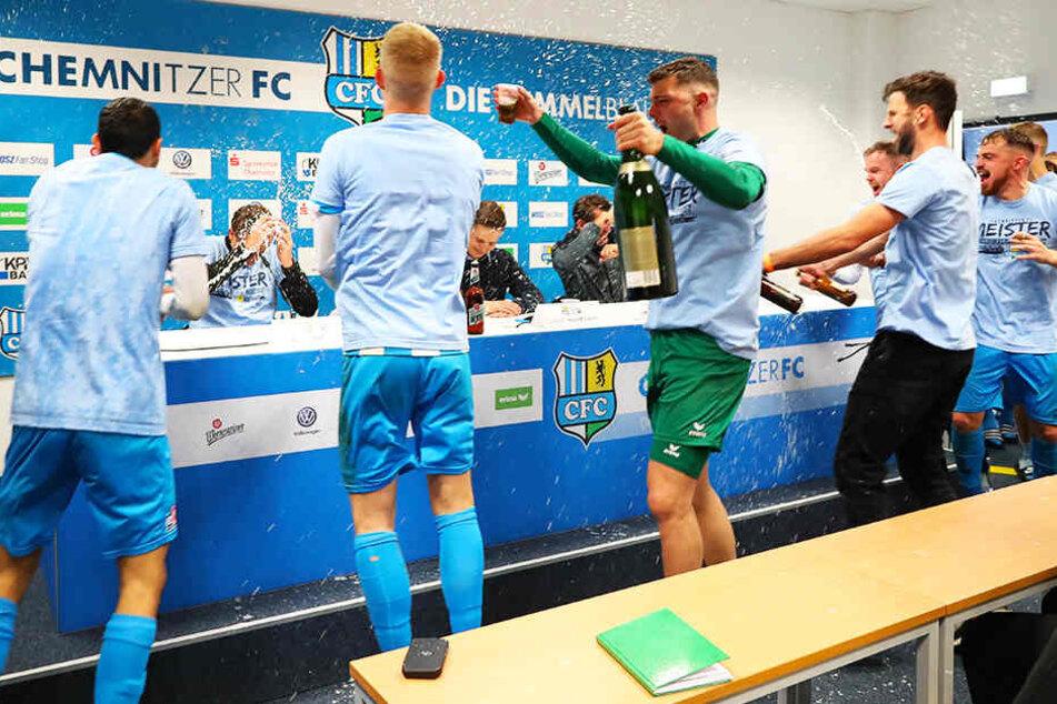 Übermütige CFC-Spieler spritzen mit Sekt und Bier auf der Pressekonferenz.