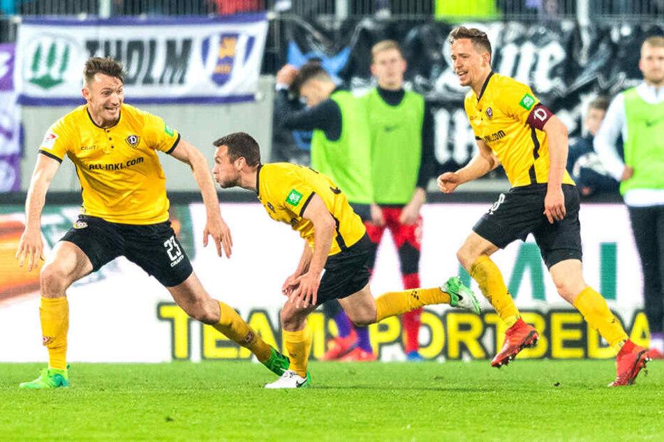Beim Spiel gegen Aue lief Jannik Müller (rechts) als Kapitän auf, gehörte mit Florian Ballas zu den ersten Gratulanten beim Premierentreffer von Justin Löwe.