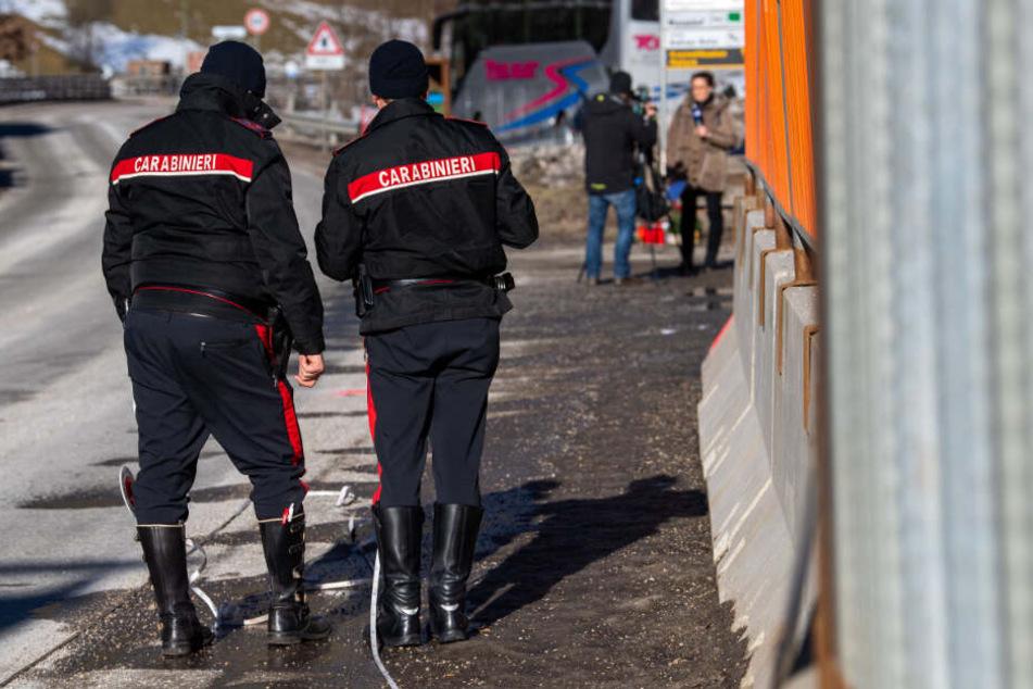 Zwei Einsatzkräfte der Carabinieri rekonstruieren den Unfallhergang.
