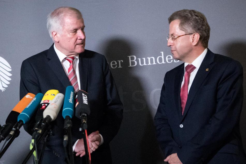 Seehofer (l) äußert sich nach der Sondersitzung des Innenausschusses im Deutschen Bundestag in Anwesenheit von Maaßen.