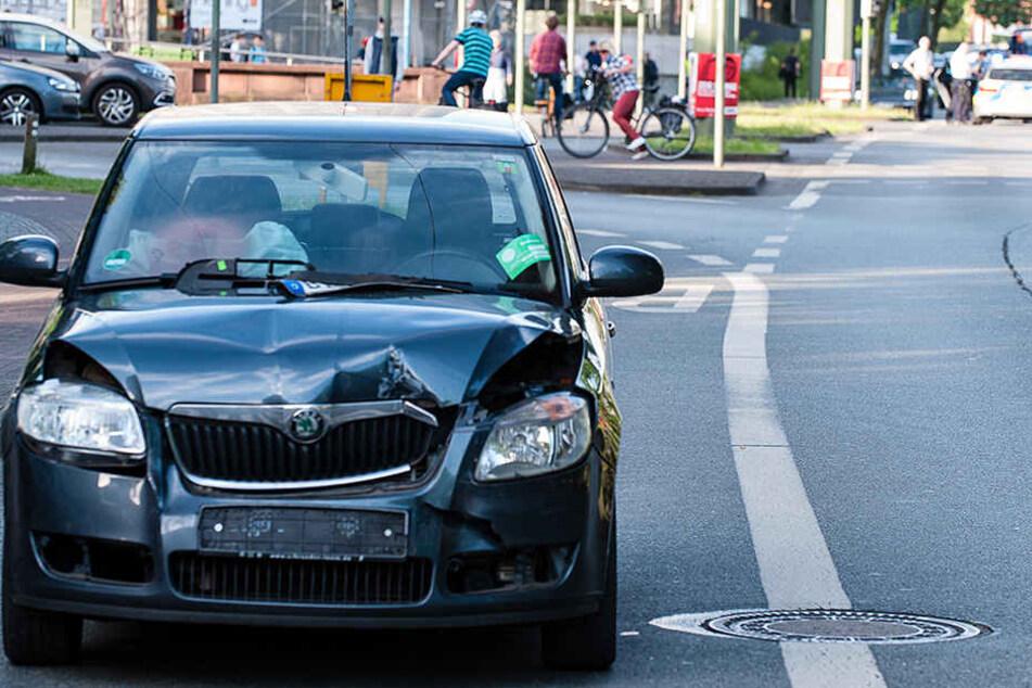 Der schwarze Skoda knallte auf den Wagen der Johanniter.