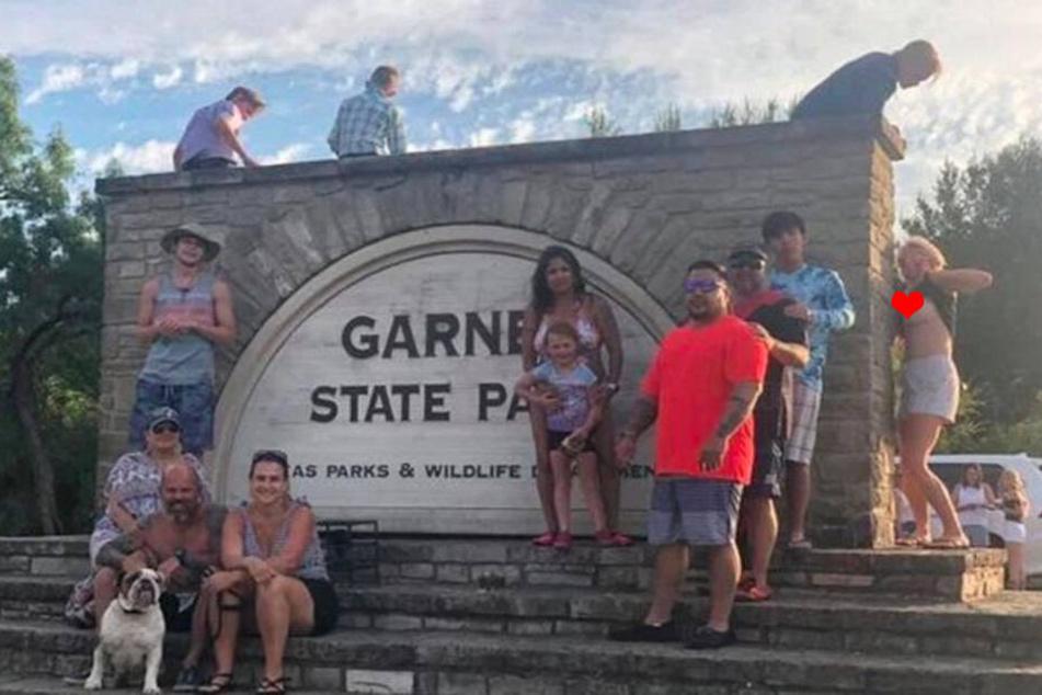 Das Urlaubsfoto dieser Familie hätte so schön sein können... wäre da nicht die Frau am rechten Bildrand.