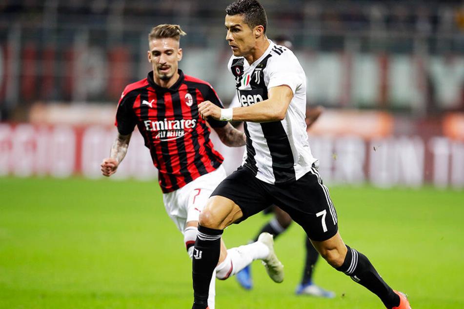 Er traf natürlich auch: Superstar Cristiano Ronaldo führte sein Team zum Sieg. Hier setzt sich CR7 gegen Milans Samuel Castillejo durch.