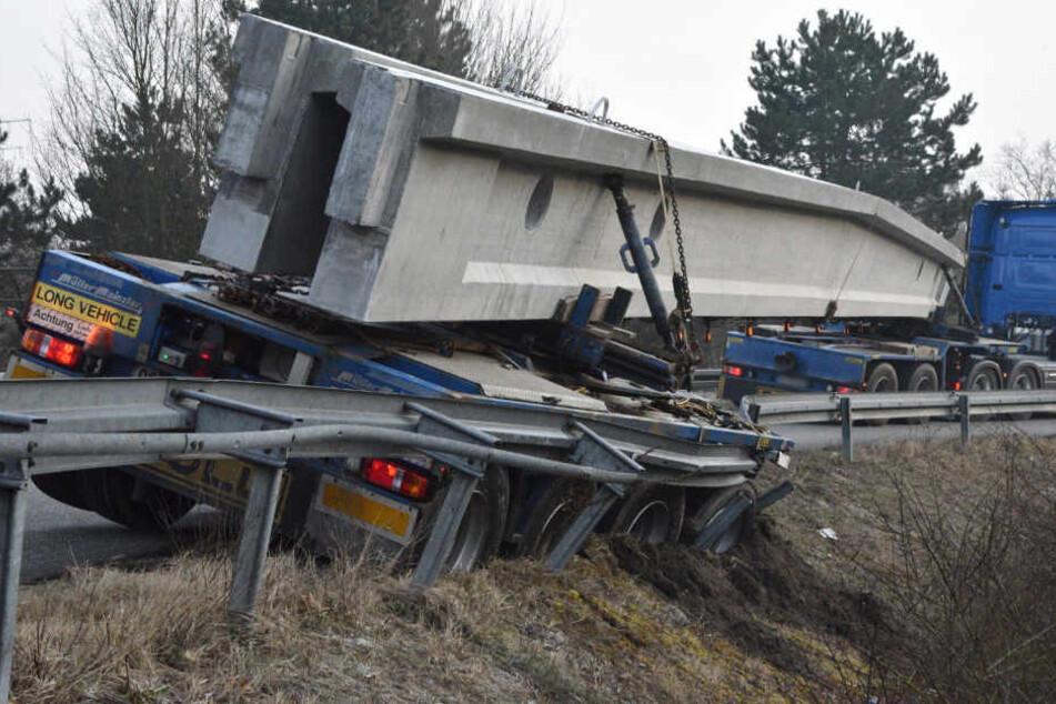 Das Heck des Lastwagens war in den Graben gerutscht, nichts ging mehr.