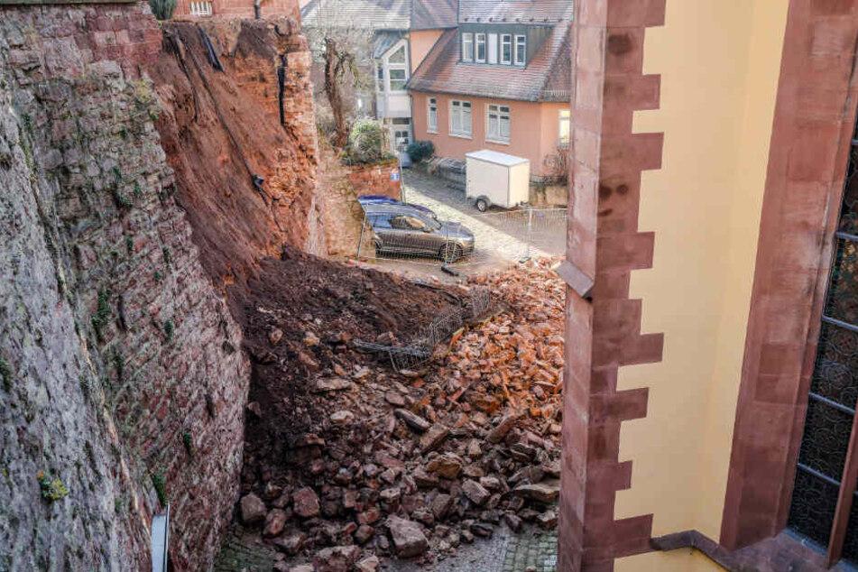 Ein Teil einer historischen Mauer stürzte ein.